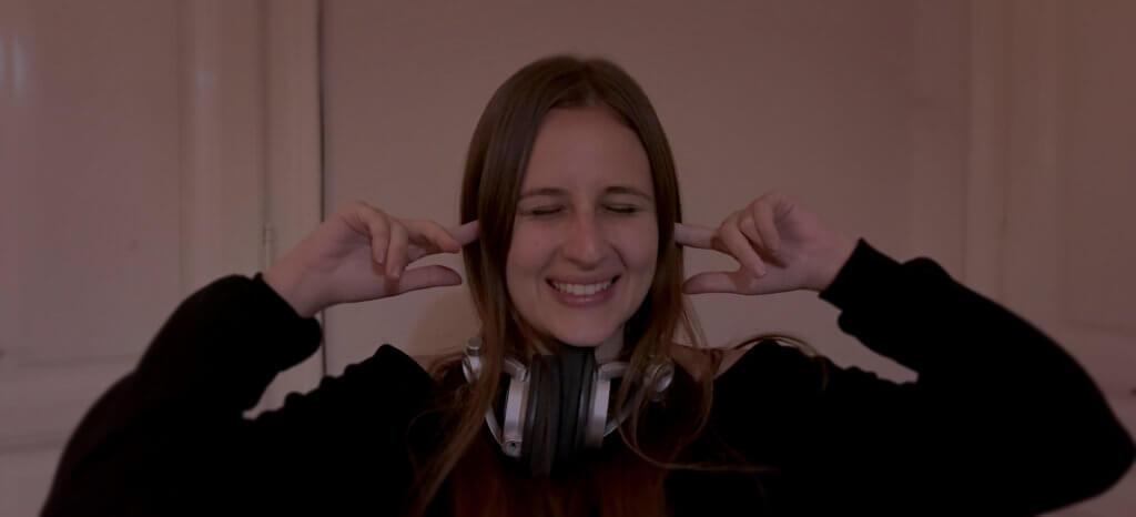 Amanda befogja a fülét