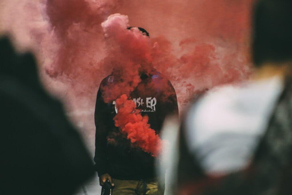 Ember színes füstben áll