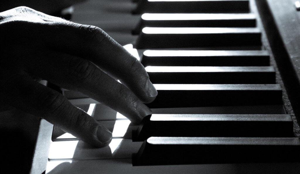 Zongorista játszik a zongorán